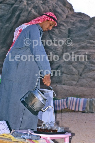 Egypt, Sharm el Sheik, bedouin in the desert serving tea