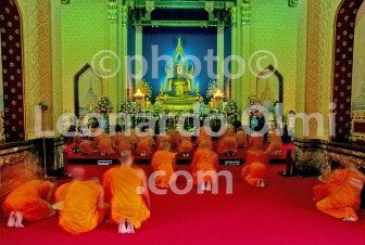 Thailand, Bangkok, Marble Temple, monks praying (68-8) bis JPG copy