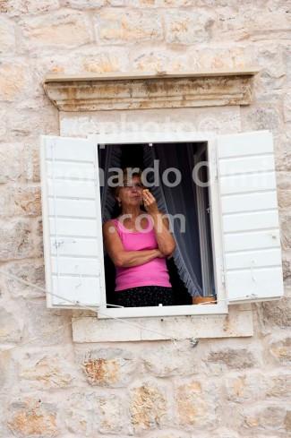 Croatia, Vis island, Komiža, lady at window DSC_0743 TIF copia copy