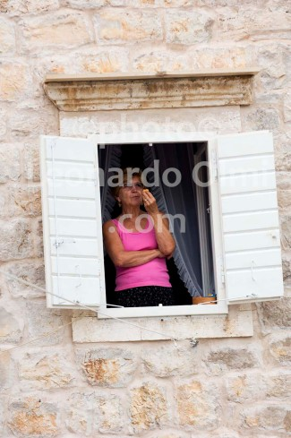 Croatia, Vis island, Komiža, lady at window DSC_0743 TIF copia copy