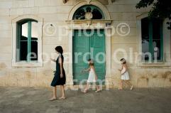 Croatia, Vis island, Komiža, narrow road, mother with children, door DSC_6841 TIF copia copy
